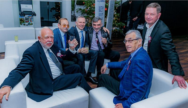 Uczestnicy pierwszej nitki w towarzystwie prof. Krzysztofa Obłója (w środku)